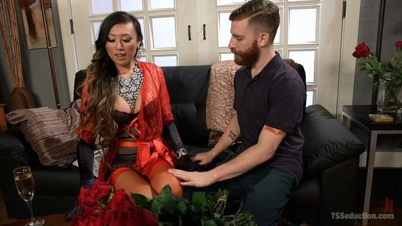 Venus Lux - Delivery Man Worships Feet and Gets Fucked (Transsexual / Anal) [HD 720p] - TSSeduction.com/Kink.com