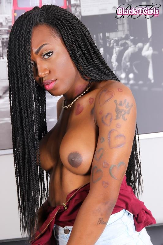 Tiara - Gorgeous Grooby Girl Tiara Strokes It (Transsexual / Masturbation) [HD 720p] - Black-TGirls.com