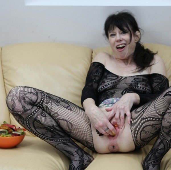 DirtyGardenGirl - Jelly worms, lots of jelly worms in my holes [FullHD] - DirtyGardenGirl.com