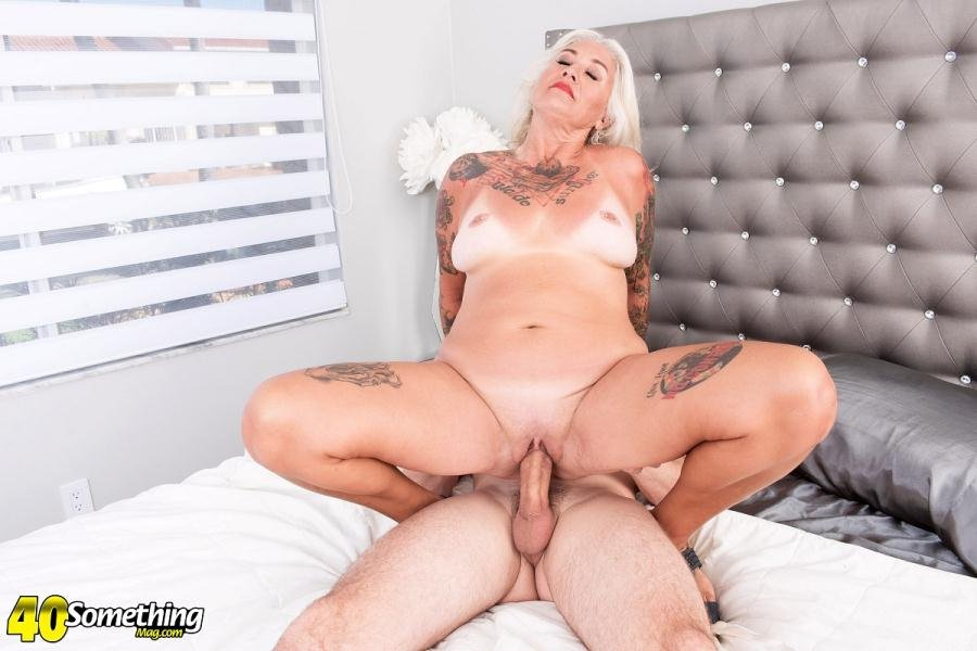 Amelia Mack - A Mac attack for first-timer Amelia Mack (Mature, All Sex) [FullHD 1080p] - 40SomethingMag.com