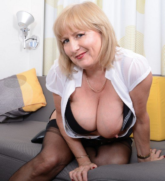 Lorna Blu EU 57 - British curvy housewife Lorna Blu showing off her big tits (Big Tits) [SD] - Mature.nl