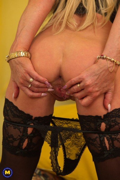 Sylvie 54 - Horny housewife Sylvie playing with her toys (Toys) [SD] - Mature.nl