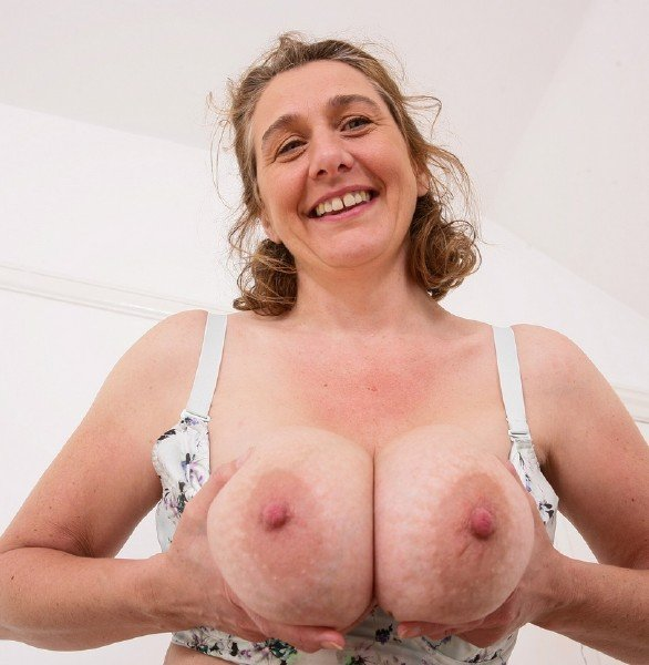 Camilla C. EU 45 - British big breasted housewife Camilla fooling around (Mature) [SD] - Mature.nl